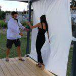 Modelka pózujúca pri bielom plátne