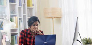 Slecna sedi za stolom s notebookom ASUS ZenBook Pro UX550 v modrej farbe
