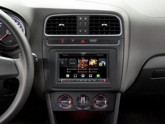 Navigacia ALPINE v pristrojovej doske auta