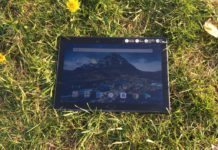 tablet Lenovo v trave