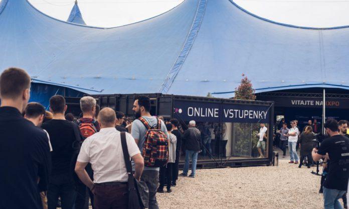 Návštevníci čakali na otvorenie festivalu v radoch