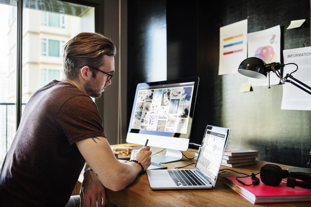 Veľkosť pracovnej plochy má zodpovedať vašim požiadavkám a určite vás nemá pri práci obmedzovať. (Rawpixel.com / Shutterstock.com)